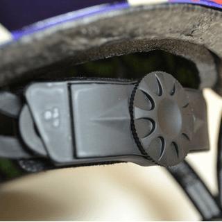 ヘルメットにある頭のサイズを調節できるダイヤル