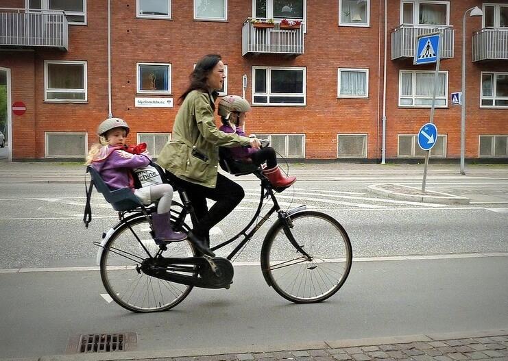 自転車に子どもを乗せる時にヘルメットを着用させることの注意喚起が始まった