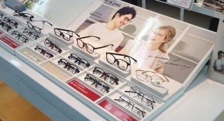 店頭のJINSコラボメガネ