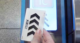 プラスEXカードで改札機を通る画像